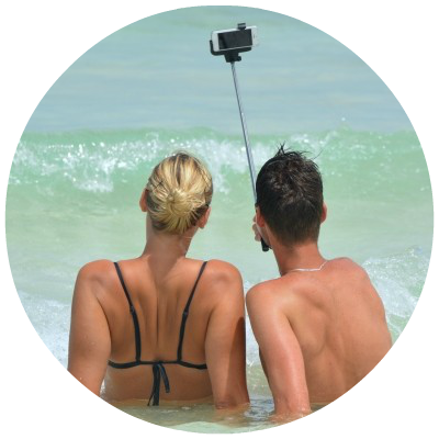 Round_selfie-people-man-woman-selfiestick-ocean-sea.png